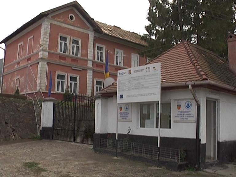 Un elev de la școala specială din Turnu Roșu a ajuns la spital după ce a fost bătut de colegi
