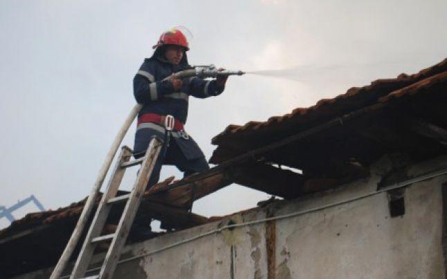 pompieri acoperis incendiu