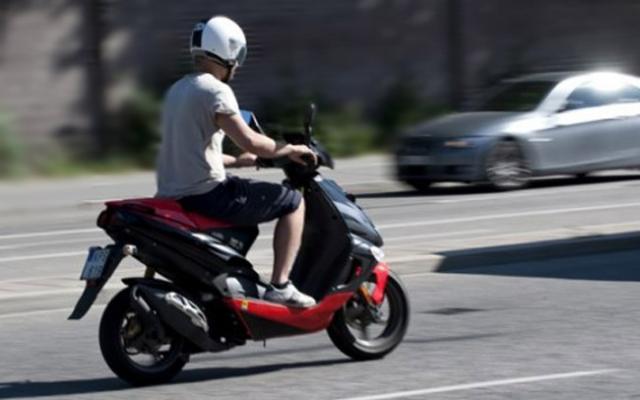 prins-pe-moped-fara-permis-de-conducere