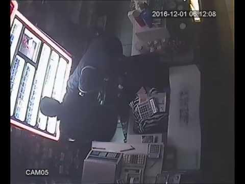 VIDEO: Spargere la un magazin, hoţii au furat doi saci de ţigări