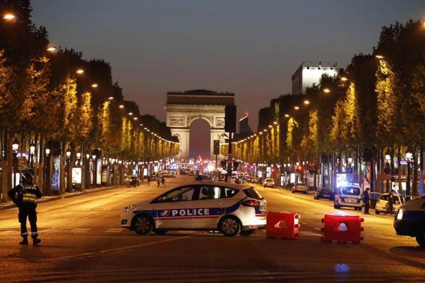 Schimb de focuri pe Champs-Elys+¬es, un poli+¢ist ucis