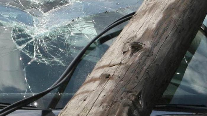 O soferinta de 19 ani a intrat cu masina in stalp si a fugit de la locul accidentului