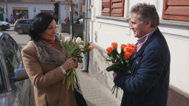 Primarul Mediasului a oferit flori de 8 Martie